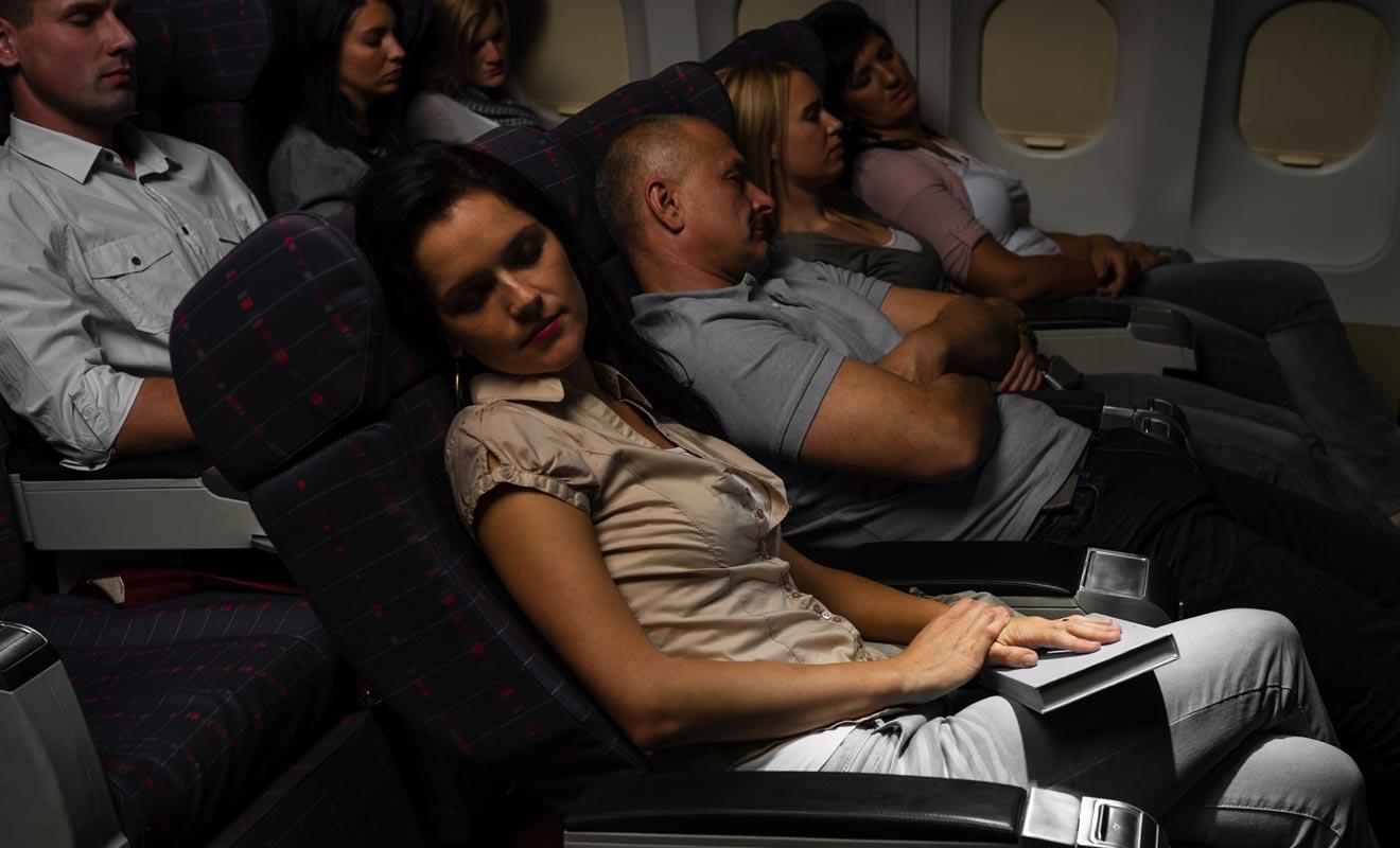 Dormir durant le trajet est recommandé à condition d'essayer d'aligner les heures de sommeil en fonction du fuseau horaire de la Nouvelle-Zélande.