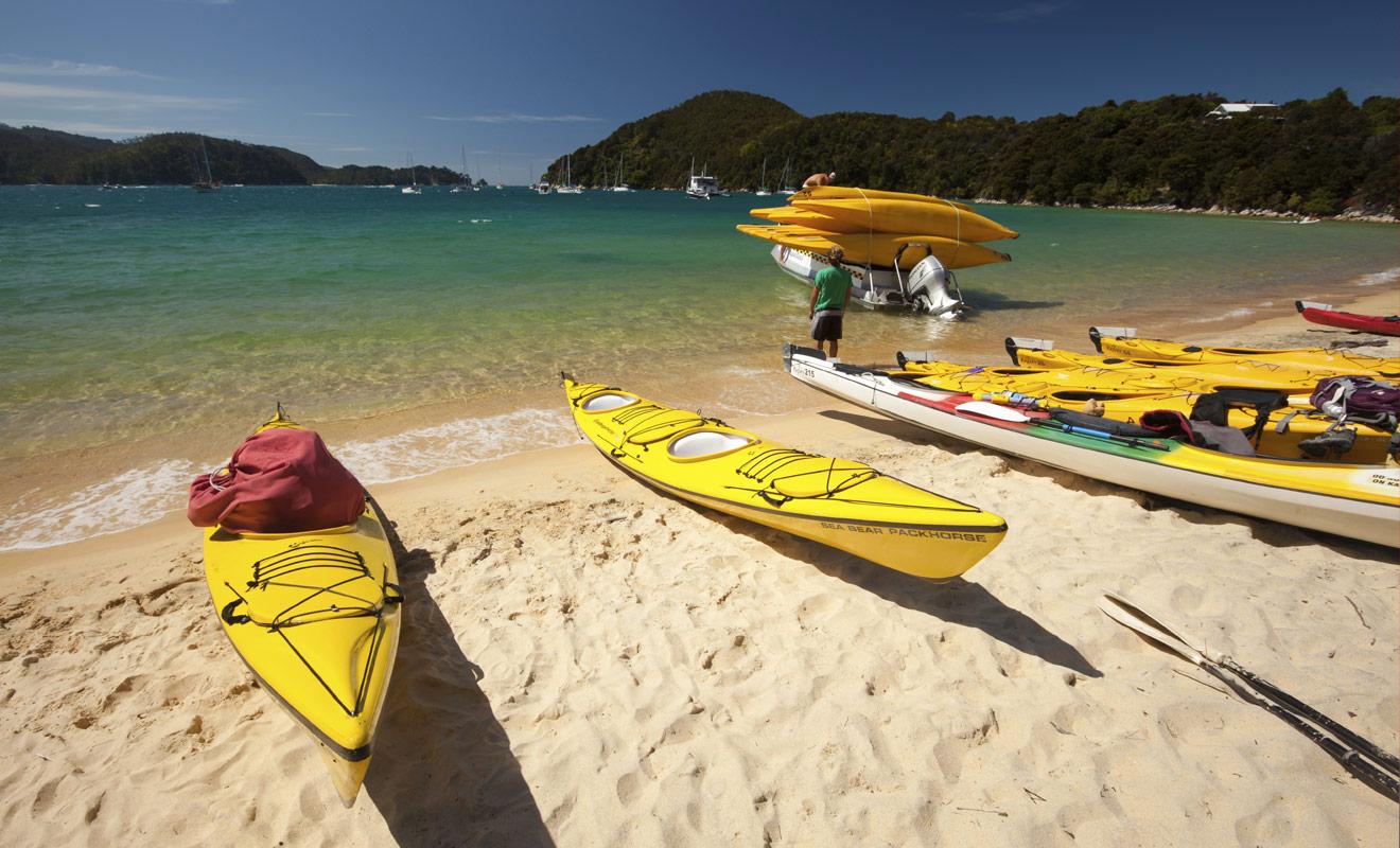 La plupart des vacanciers réalisent leur initiation au kayak dans le parc national d'Abel Tasman en compagnie d'un guide expérimenté qui leur enseigne les manoeuvres de base.