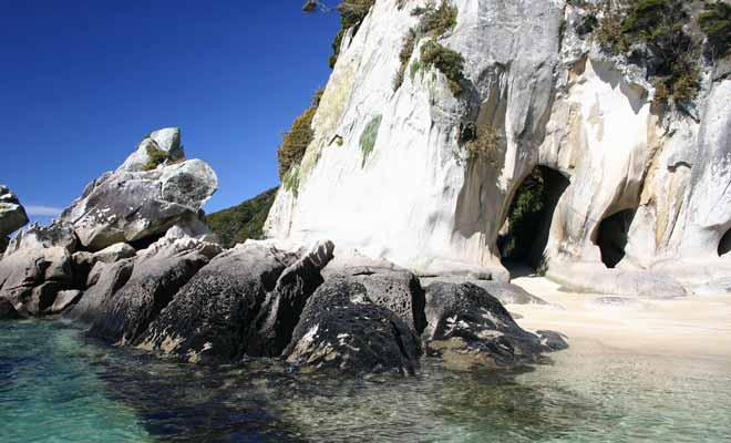 On trouve également des cavernes à explorer sur le littoral.