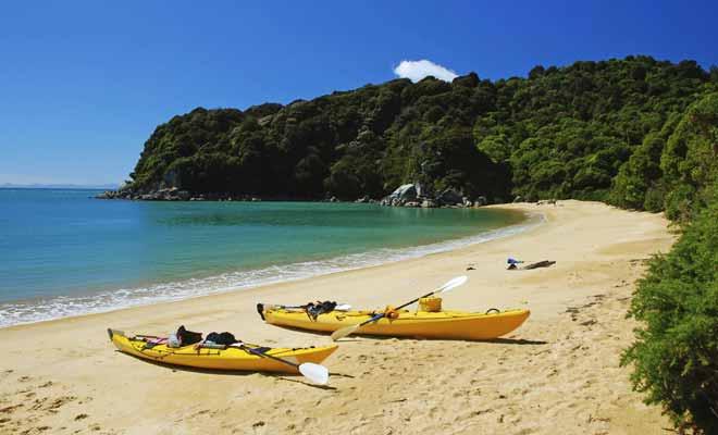 Le kayak permet de rejoindre des plages qui seraient certes accessibles à pied, mais au terme de longues randonnées. En d'autres termes, le kayak permet souvent d'en voir plus durant un bref séjour.