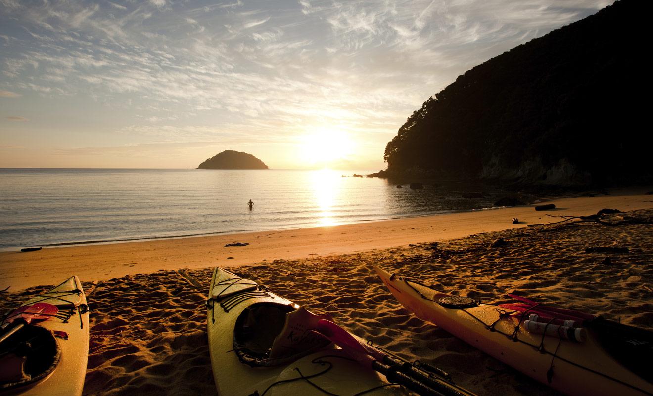 La grande force de la Nouvelle-Zélande est de vous permettre d'alterner ou de combiner plusieurs activités. Le parc national d'Abel Tasman illustre bien cet avantage, car l'on peut y pratiquer la randonnée et le kayak durant une même journée.