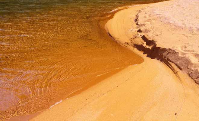 Le sable orange tire sa couleur des minéraux d'oxyde de fer. C'est une teinte unique dans le pays et elles expliquent en partie le succès du parc.