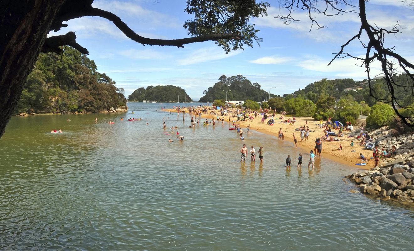 Le parc d'Abel Tasman est le parc national le plus ensoleillé de Nouvelle-Zélande, et ses plages de sable orangées attirent les vacanciers du monde entier.