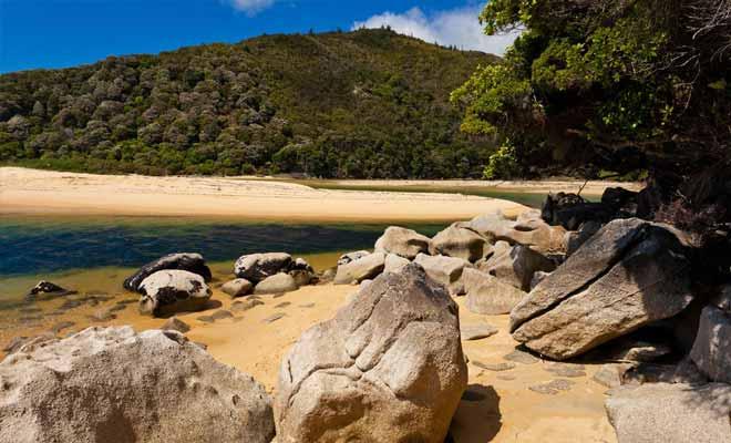Certaines parties de l'Abel Tasman Coast Track sont sujettes à la marée. Il faut impérativement se renseigner sur les horaires des marées, au risque de se retrouver bloqué durant quelques heures.