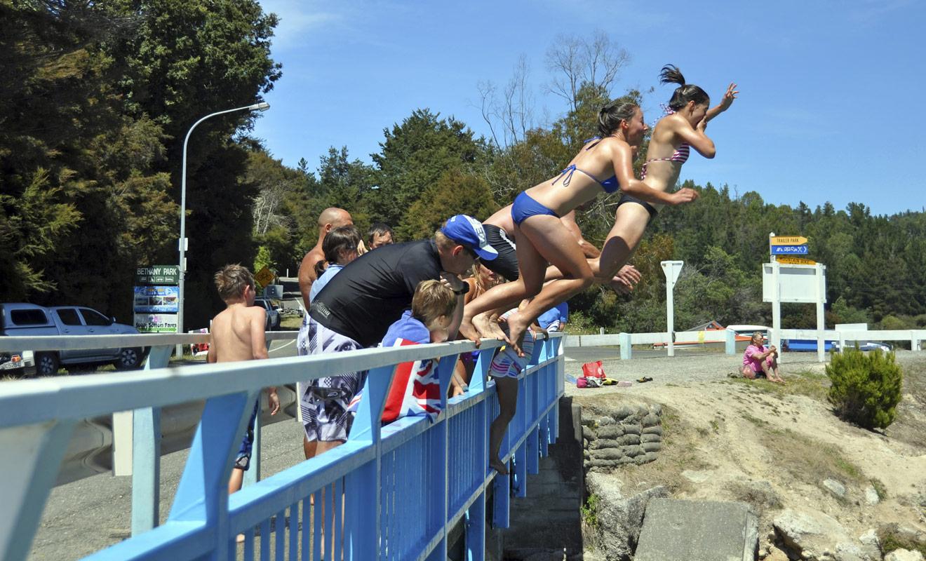 L'été est la saison la plus agréable pour se baigner en Nouvelle-Zélande, même si les températures restent un peu fraîches au large de l'île du Sud. Si vous souhaitez vous jeter à l'eau, l'idéal est de le faire à la pointe Nord du pays ou dans les lacs durant les journées les plus chaudes.