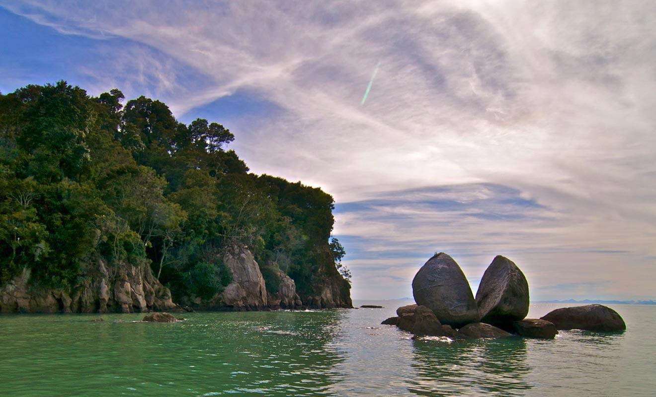 Le rocher fendu que l'on a surnommé « Split Apple Rock » est un grand classique du parc National d'Abel Tasman. Plusieurs légendes maories expliquent son origine.