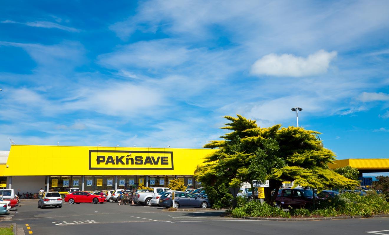 Les parkings des supermarchés servent aussi de point de vente pour les voitures d'occasion.