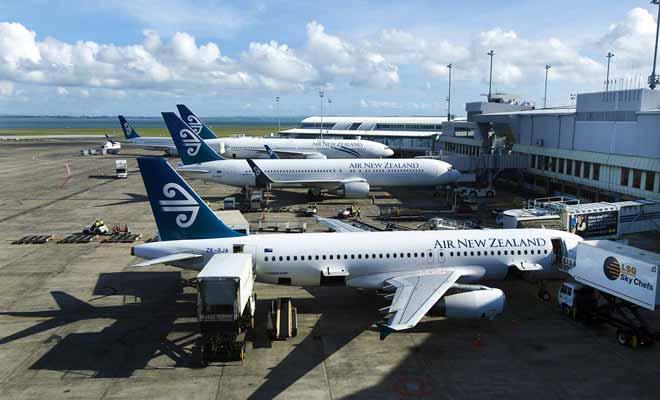 Seuls les aéroports d'Auckland et Christchurch accueillent les longs vols internationaux, mais il existe une trentaine d'aéroports pour les vols domestiques, répartis sur les deux îles du nord au sud.