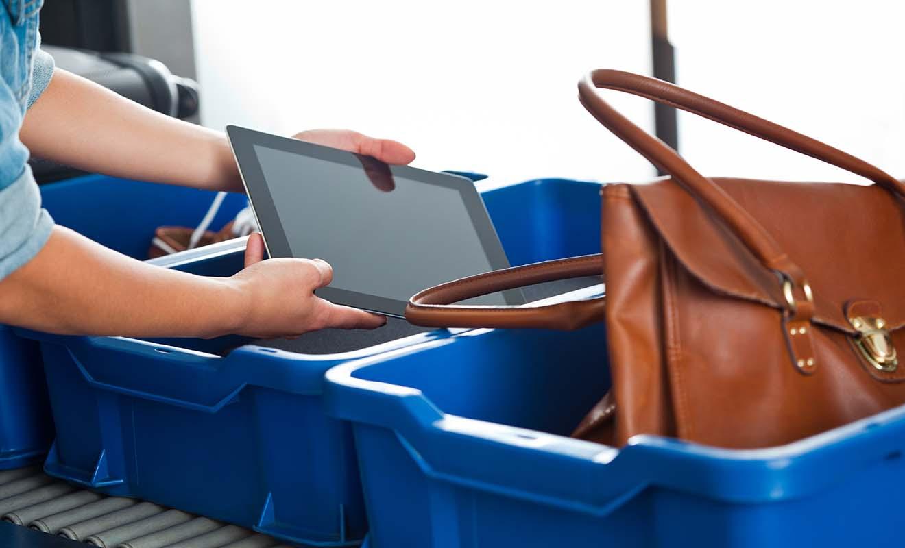 Dans la mesure où vous avez des chances que l'on vous demande de sortir vos affaires coûteuses comme les ordinateurs ou les tablettes, n'allez pas les enfouir au fond de vos bagages.