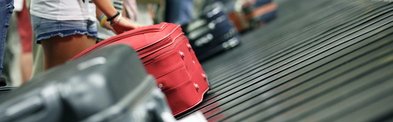 Formalités d'aéroport avec biosécurité et justificatifs d'identité.