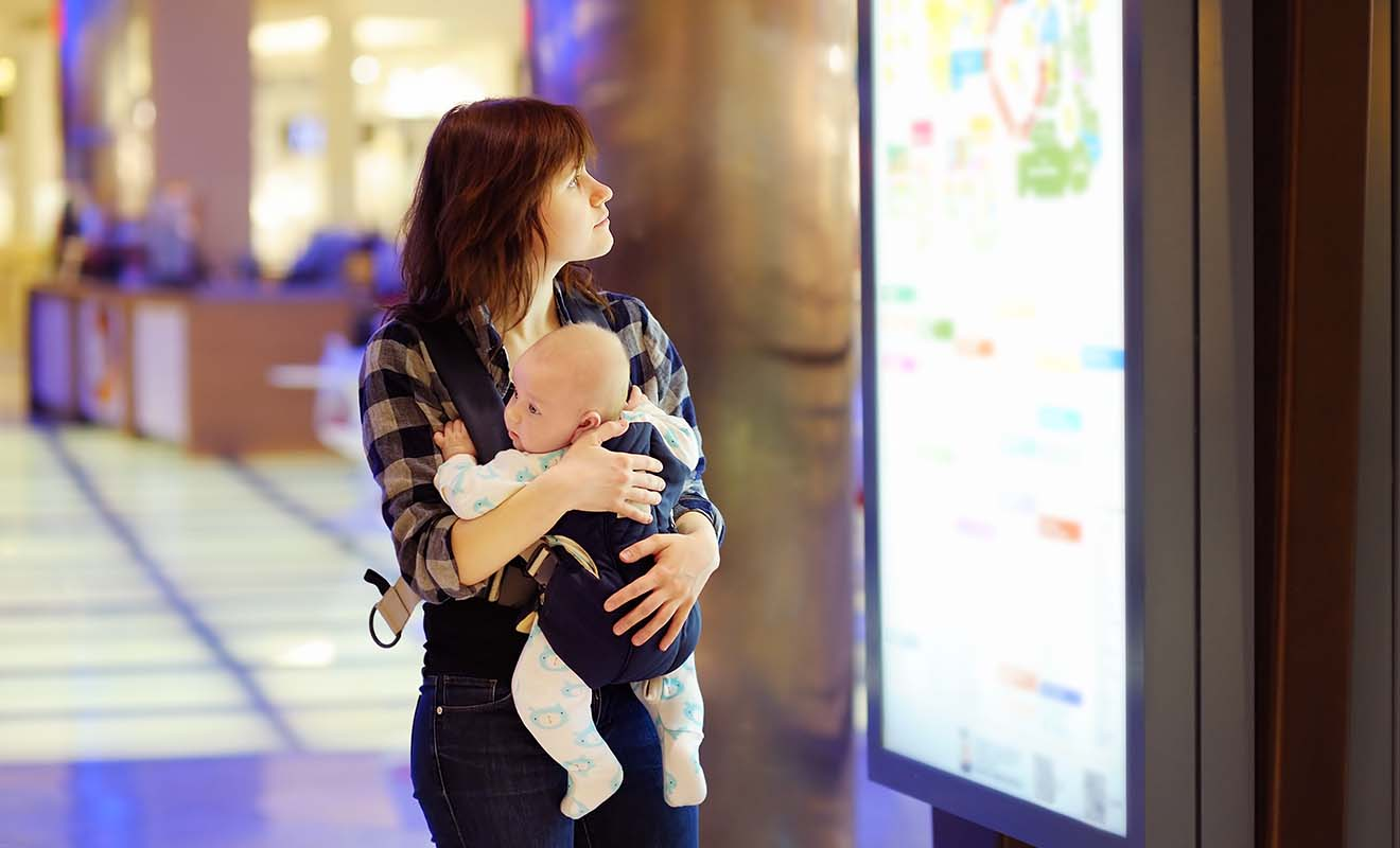 Le principal avantage du porte-bébé, c'est de vous laisser libre de vos mains, ce qui est pratique pour les formalités d'aéroport.