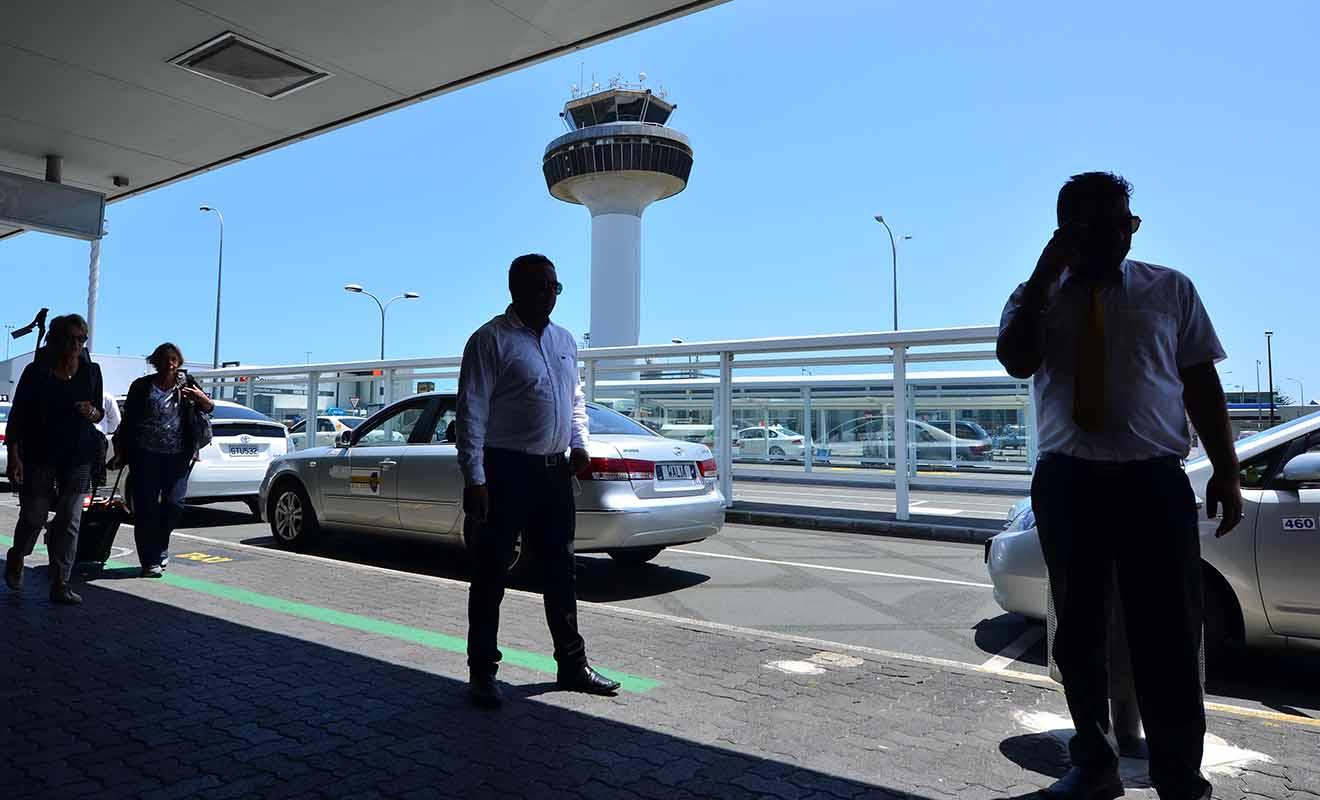 Comme partout dans le monde, la files d'attente des taxis se trouve juste à la sortie de l'aéroport, il suffit de suivre les panneaux.
