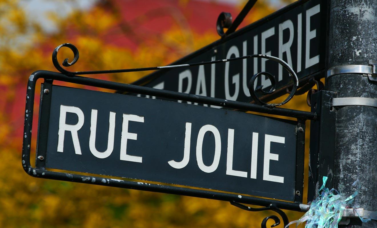 Une partie du Sud de la Nouvelle-Zélande avait été achetée par les Français. La signature du traité de Waitangi entre les Britanniques et les Maoris mettra fin aux espoirs français de bâtir un empire Austral. Certaines rues d'Akaroa conservent des noms français qui remontent à l'installation d'un premier comptoir.
