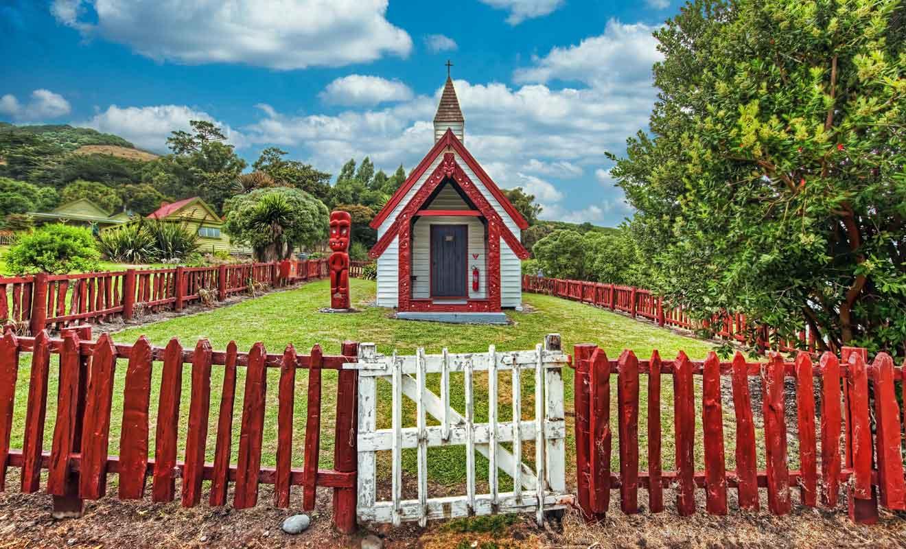 Cette petite chapelle en dehors d'Akaroa reprend des motifs maoris.