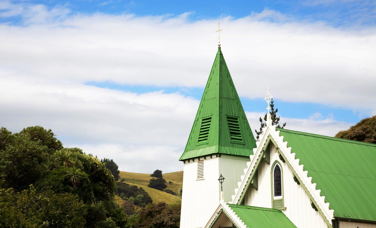 On la reconnait aisément à son toit peint en vert. L'Église d'Akaroa fut la première Église catholique de Nouvelle-Zélande.