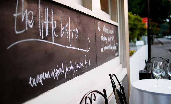 Ce restaurant d'Akaroa propose une cuisine rustique élaborée avec des produits locaux. Goûtez au saumon pêché dans la baie et à l'agneau élevé dans les collines de Pigeon Bay.
