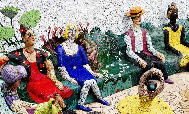 Des statues en mosaïque décorent le jardin de Josie Martin (qui gère également le Bed And Breakfast attenant). Des chansons françaises sont diffusées et contribuent à l'atmosphère unique de ce jardin d'Akaroa.