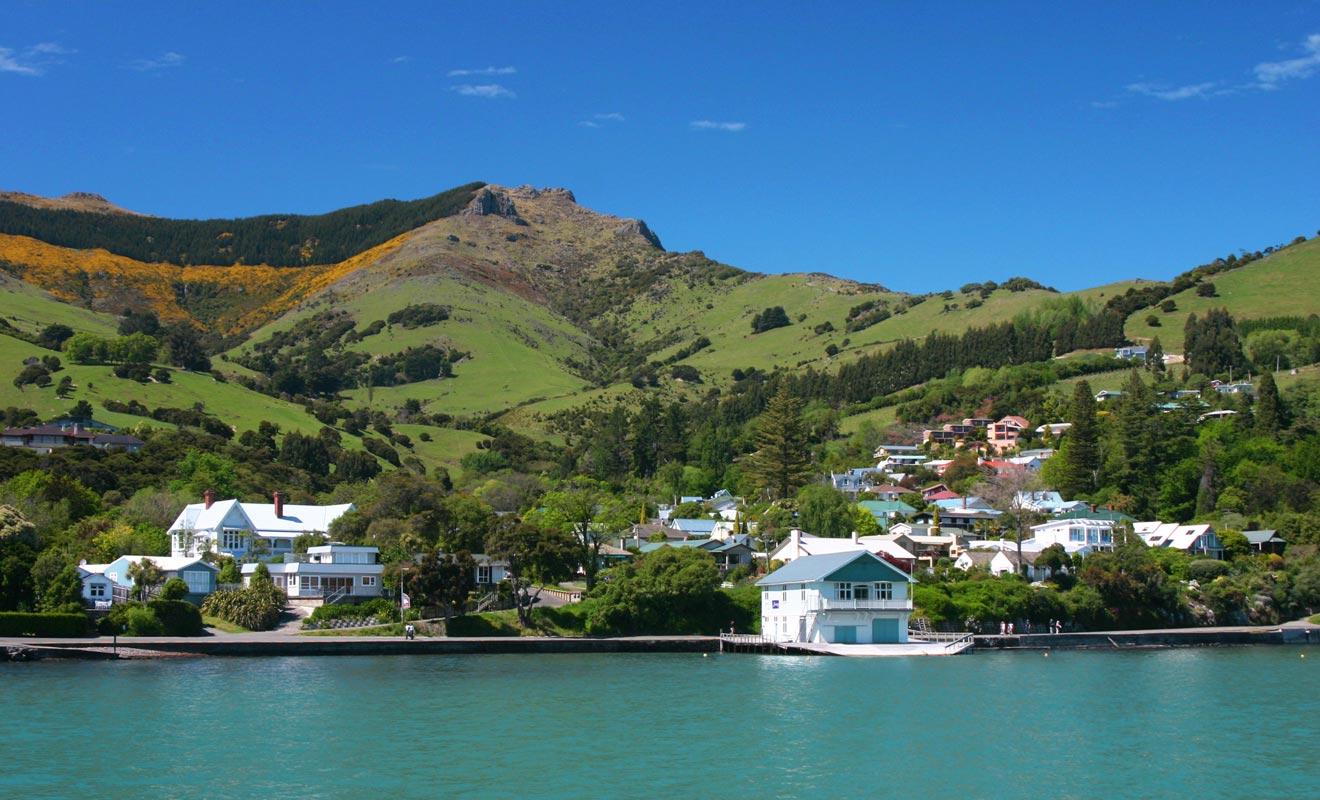 Le village est construit à flanc de colline et possède un port de pêche. C'est le camp de base pour de nombreuses randonnées dans la Péninsule de Banks.