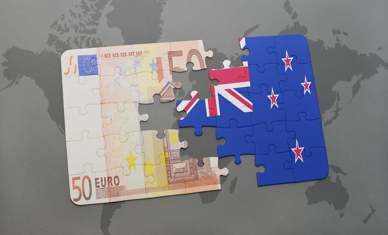 Vous êtes libre de faire ce que vous voulez, vous pouvez très bien retirer de l'argent avant le départ, ou à votre arrivée en Nouvelle-Zélande.