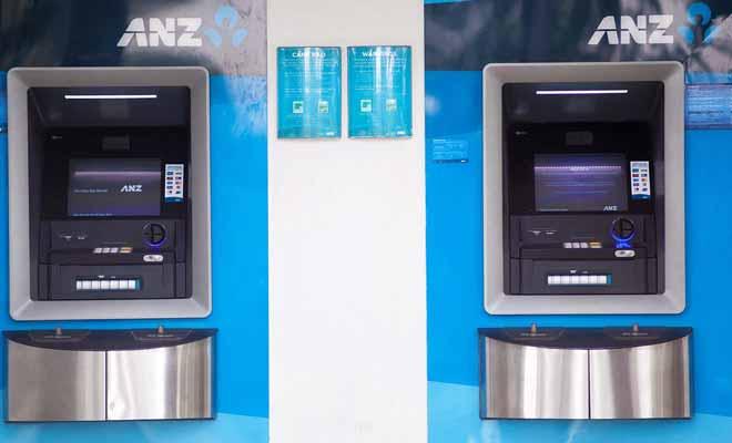En réalité, les distributeurs automatiques et les bureaux de change sont assez complémentaires. Vous pouvez ainsi retirer un peu d'espèce avant le départ, puis utiliser les distributeurs durant vos vacances.