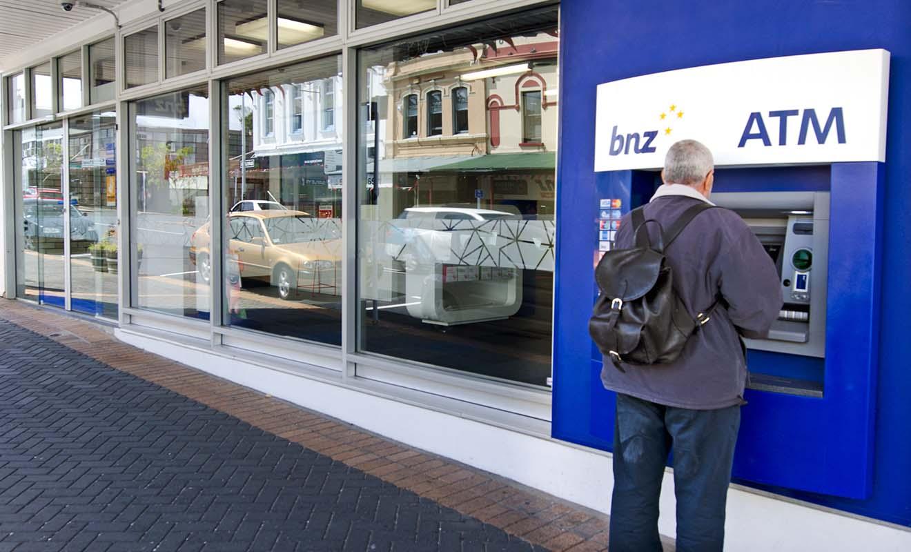 Retirer de l'argent dans un distributeur de billets en Nouvelle-Zélande est sans doute la solution la plus pratique, mais vous paierez tout de même une petite commission bancaire.