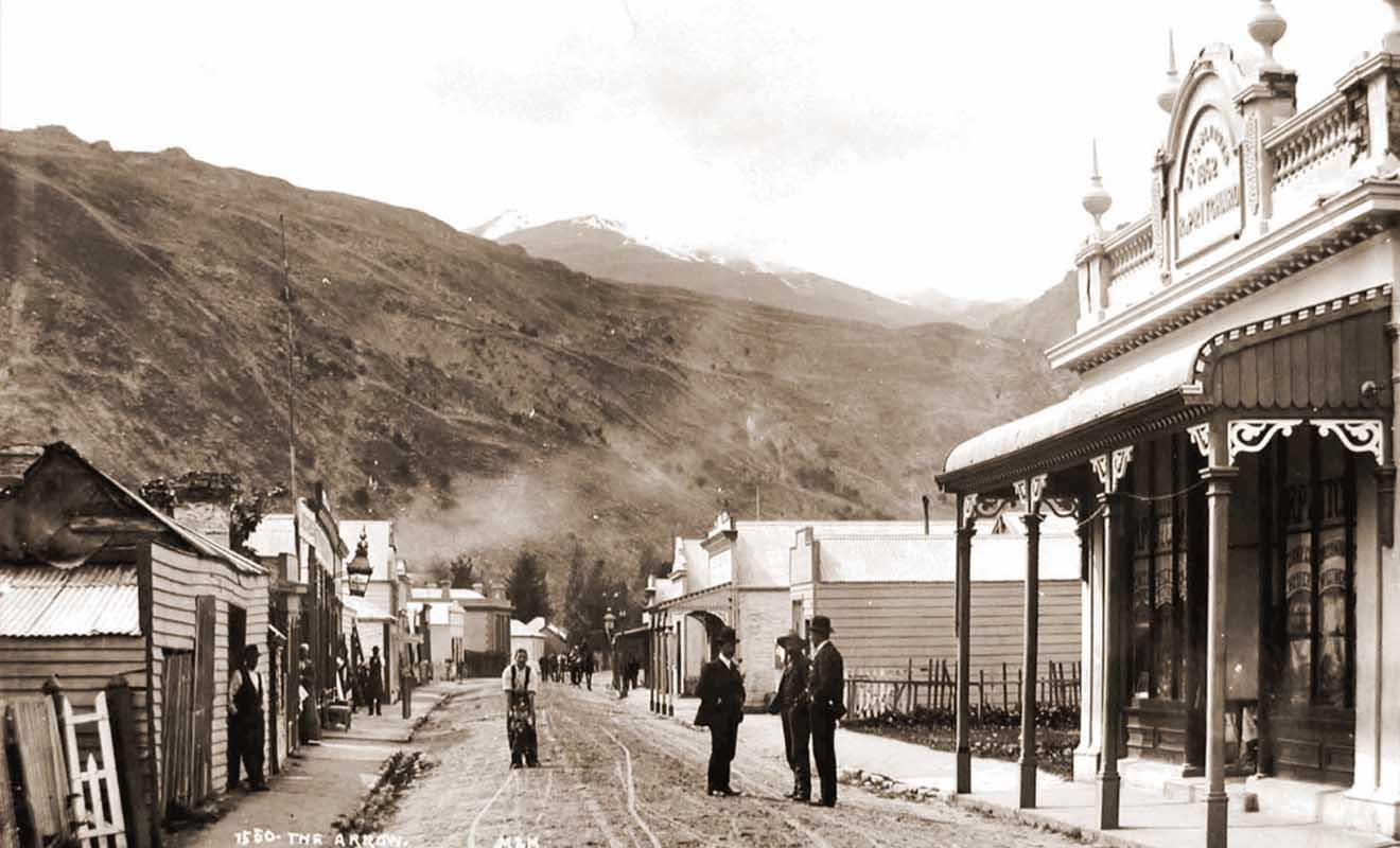 La rue principale a forcément changée depuis l'époque de la ruée vers l'or, mais certains bâtiments, comme la pharmacie existent encore de nos jours.