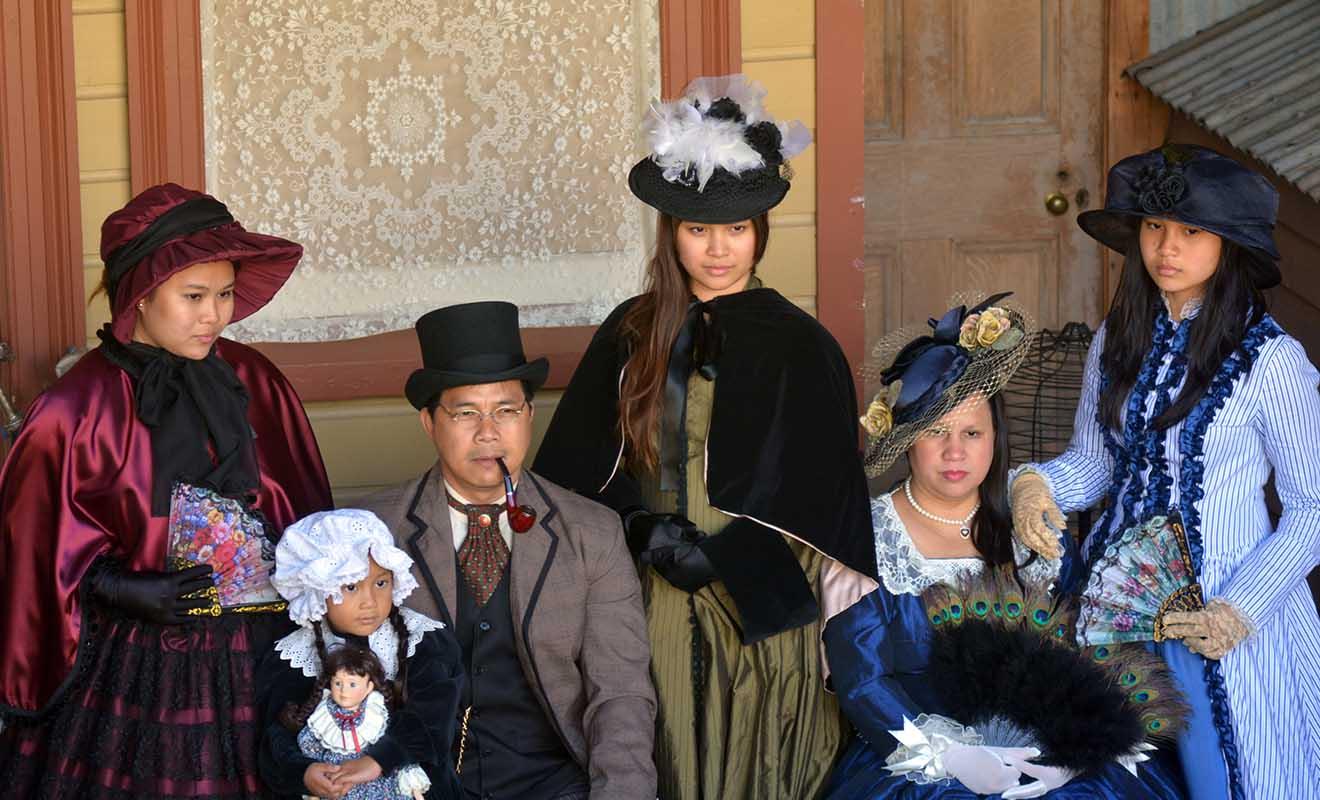 Cette photo qui montre une famille de Chinois se faire photographier en tenue d'époque possède un côté triste quand on connaît le sort des premiers immigrants de Chine...