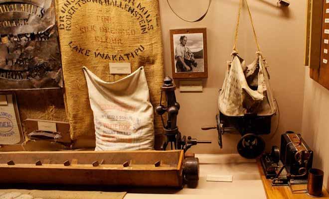 Le musée présente les accessoires rudimentaires des chercheurs d'or de l'époque.