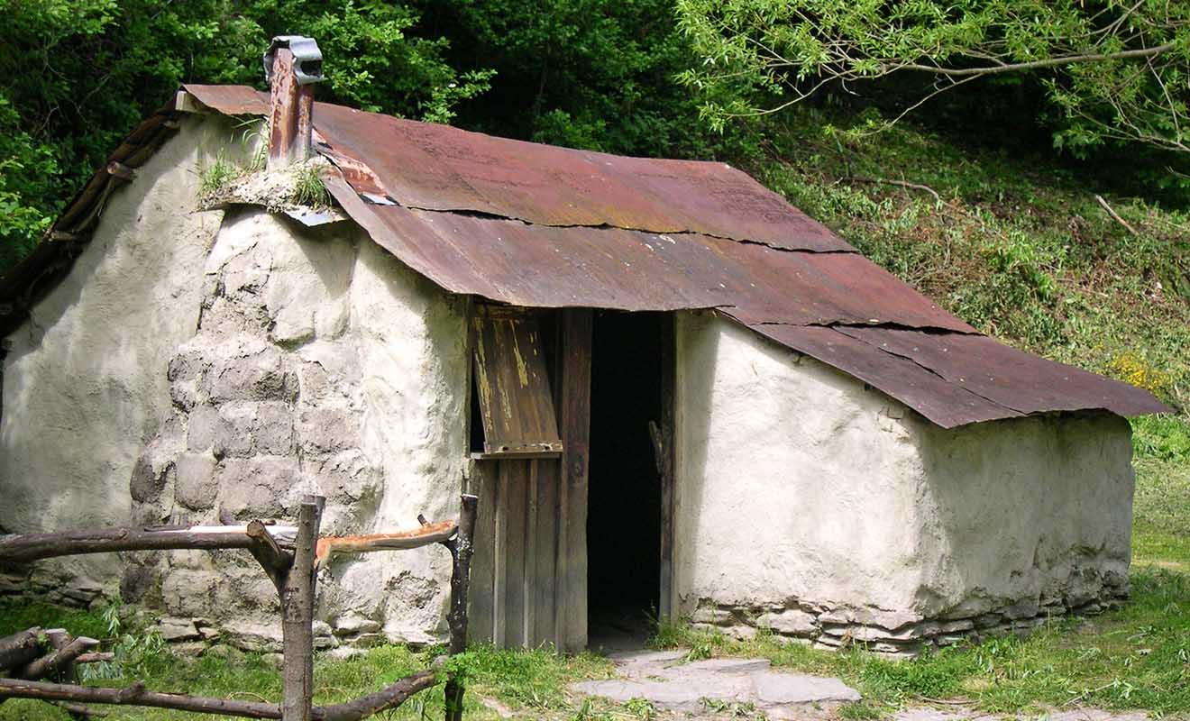 Un exemple de maison reconstituée à l'emplacement de ruines découvertes lors de fouilles sur le terrain en 1983.