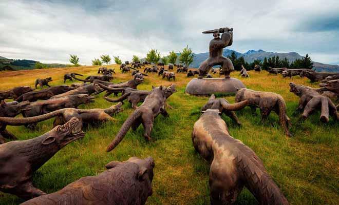 Cette oeuvre d'art qui vient de Chine est exposée dans le golf de Michael Hill et représente un guerrier attaqué par une centaine de loups. D'autres statues, notamment trois grands chevaux, sont également disséminés sur le green.