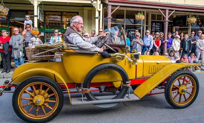 Le défilé de voitures anciennes est un moment incontournable du festival d'automne.