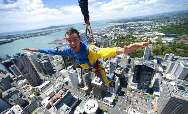 Il ne s'agit pas d'un saut à l'élastique à proprement parler, mais le Sky Jump vous permet de sauter du haut de la Sky Tower d'Auckland à une altitude de 192 mètres ! Une expérience terrifiante pour bon nombre de visiteurs.