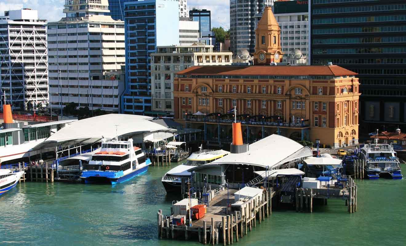 Vous pouvez acheter vos billets de ferry sur place ou les commander par Internet.