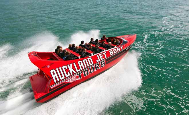 Two jet boat companies allow you to admire the marina of Auckland and the city of sails. The route allows to take pictures of the Sky Tower and the harbor bridge from different angles.