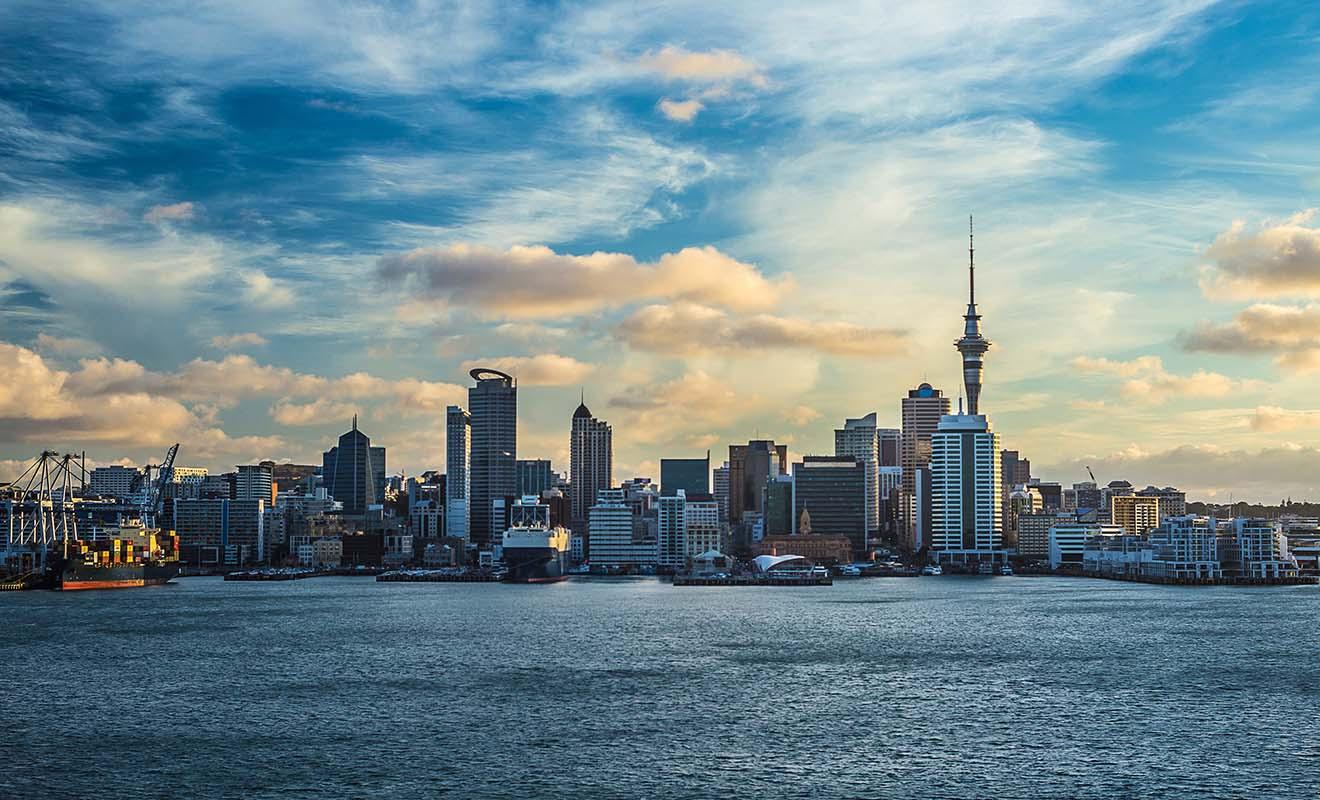 La Sky Tower d'Auckland est un monument reconnu dans le monde entier, car on l'observe chaque année lors du feu d'artifice du Nouvel An. La Nouvelle-Zélande étant l'un des premiers pays à changer d'année, les caméras du monde entier sont braquées sur la tour en forme de seringue.