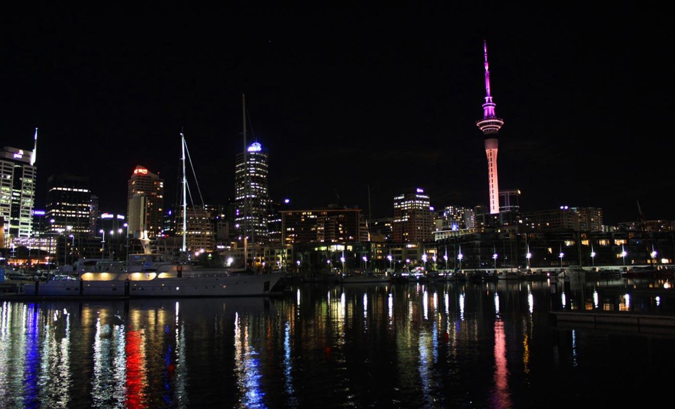 Auckland est resplendissante à la nuit tombée. La Sky Tower change de couleur à intervalle régulier grâce à un astucieux système d'éclairage.
