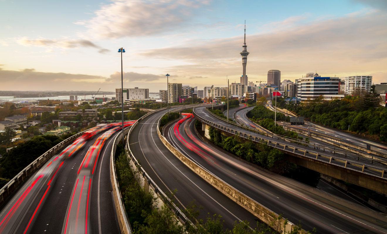 La Nouvelle-Zélande ne possède que quelques autoroutes (motorway) en périphérie des grandes villes du pays. Le reste du pays est sillonné par les Speed Highway qui ne sont pas des autoroutes, mais des nationales.