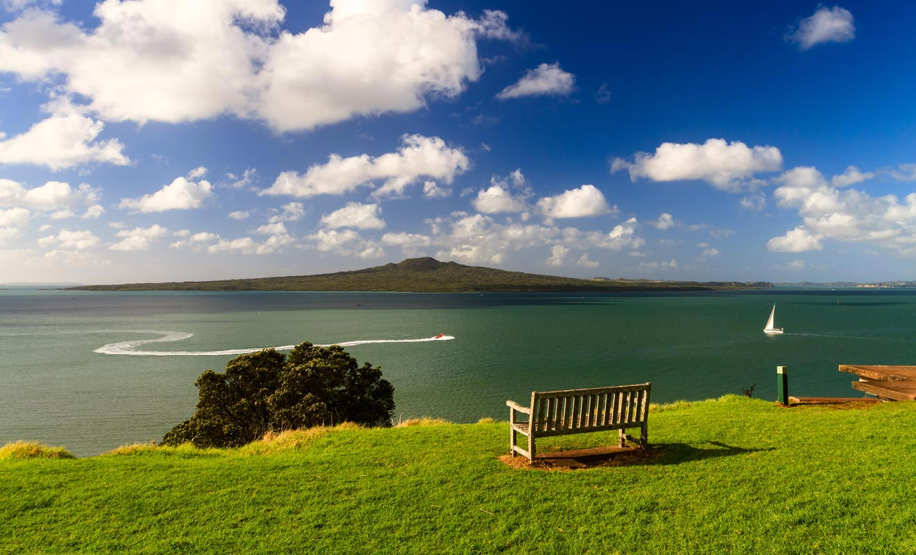 Des navettes assurent la liaison avec les îles volcaniques. L'île de Rangitoto dans la baie d'Auckland est recommandée si vous aimez les paysages de lave pétrifiée.