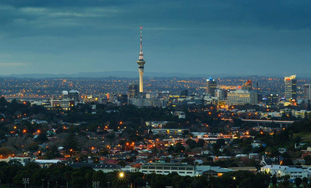 La majorité des voyageurs en visa vacances travail atterrissent à Auckland. La ville compte de nombreuses auberges de jeunesse idéales pour nouer des contacts entre les nouveaux arrivants et les anciens voyageurs qui repartent.