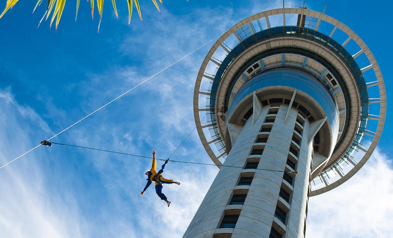 Contrairement à ce que l'on pourrait croire, le Sky Jump n'est pas du saut à l'élastique. Il s'agit d'une chute contrôlée avec des filins en acier. Malgré tout, l'expérience est tout aussi impressionnante !