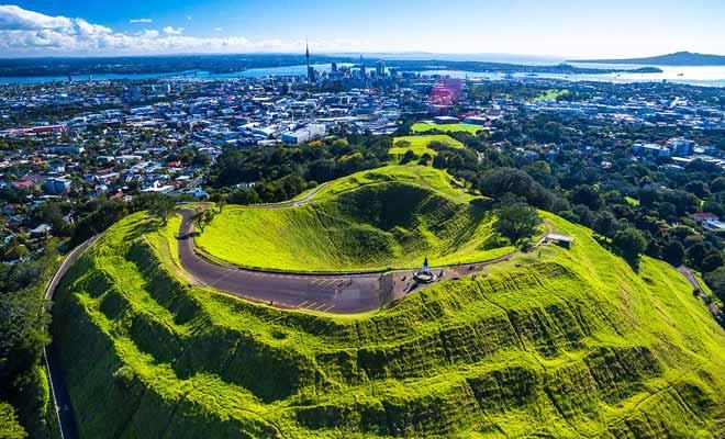 Lorsque l'on grimpe au sommet de mount eden (ou du haut de la Sky Tower), on réalise à quel point Auckland occupe une grande superficie. Le centre-ville n'est qu'une minuscule partie de la ville. Il en va de même pour le pays !