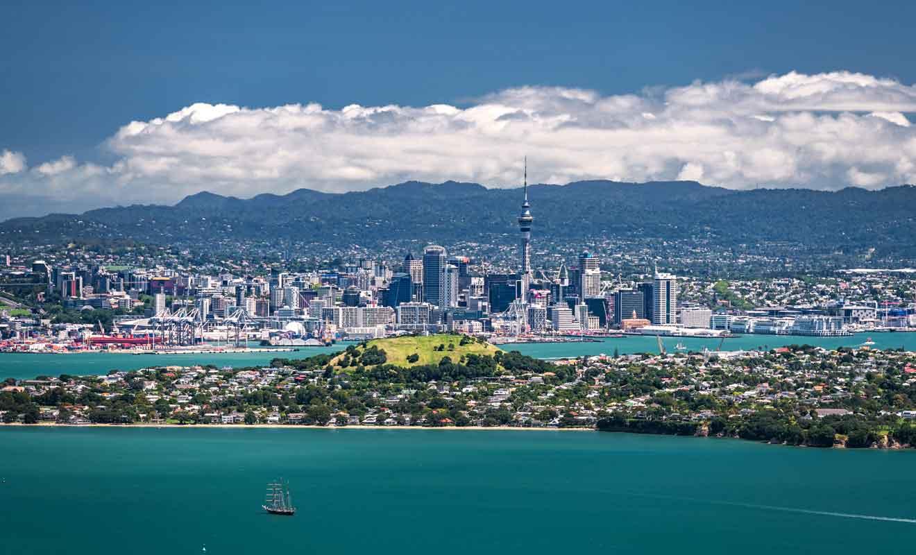 Le principal aéroport du pays se trouve à une vingtaine de kilomètres d'Auckland.