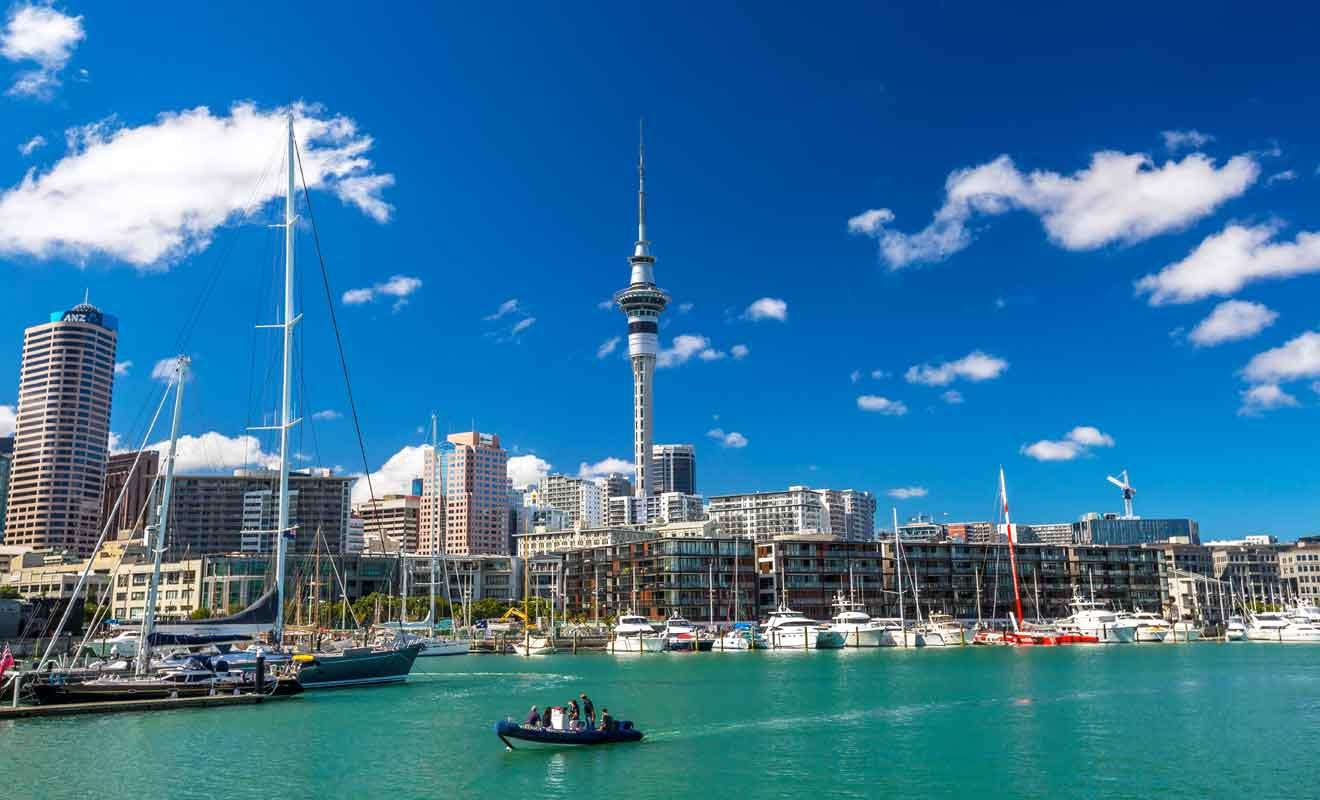 Auckland est la ville la plus peuplée de l'île du Nord et du pays tout entier.