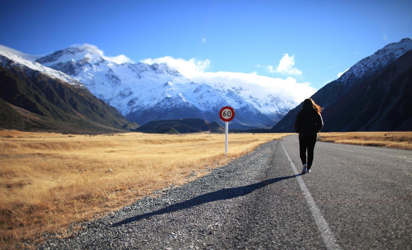 Pratiquer l'auto-stop n'est pas dénué de risque et l'activité n'est pas conseillée aux personnes seules.