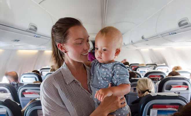 L'avion est un environnement étrange pour un bébé et vous pourrez lui faire visiter dans vos bras.