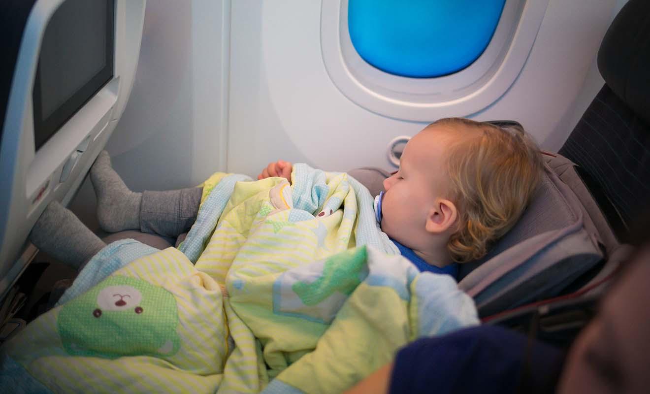 L'air froid et sec des cabines d'avion déshydrate les bébés qui doivent boire régulièrement et être gardés au chaud.