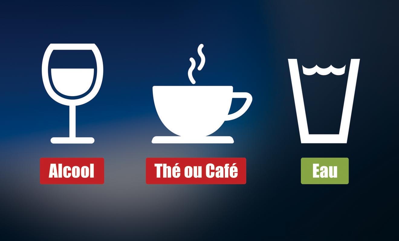 Le thé et le café ne sont pas conseillés, mais il faut surtout s'abstenir de consommer de l'alcool à bord, car il favorise grandement la déshydratation.