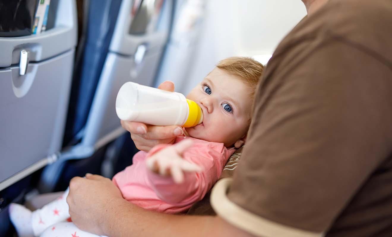 Donner le biberon permet au bébé de déglutir et donc de réduire la pression dans ses oreilles.