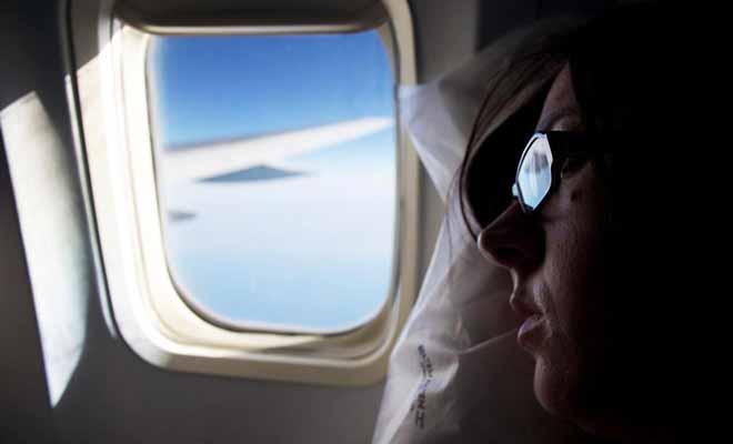 Pour un vol de 24 heures, il ne faut pas hésiter à dépenser quelques euros pour s'assurer un meilleur confort. Des coussins, un masque pour les yeux ou un casque antibruit sont des investissements judicieux.