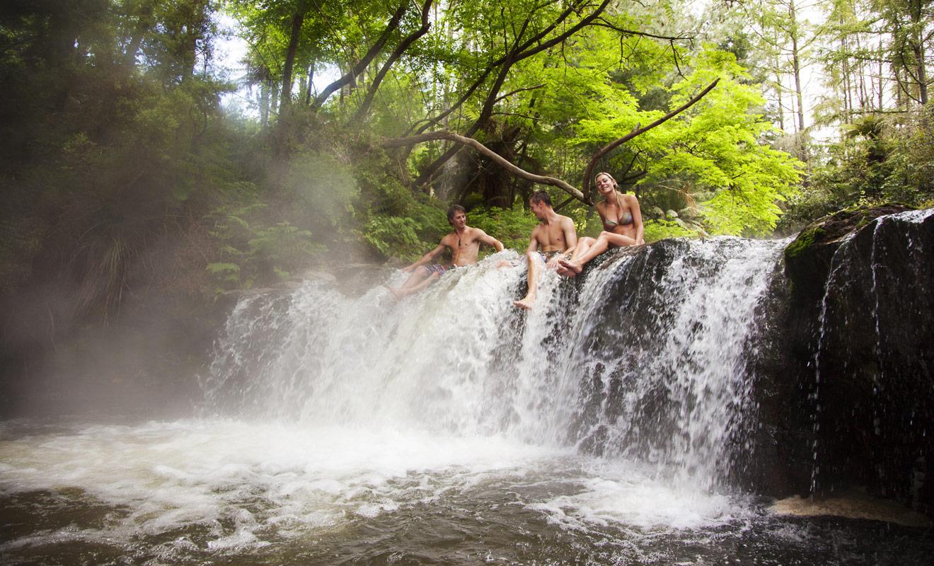 Seuls les mois les plus chauds de l'année sont véritablement propices à la baignade en Nouvelle-Zélande, mais il existe de nombreuses sources ou rivières réchauffées par l'activité géothermique qui autorisent la baignade même au cœur de l'hiver.